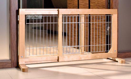 Barrera extensible colocada en una puerta