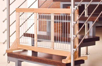 Barrera extensible colocada en una escalera