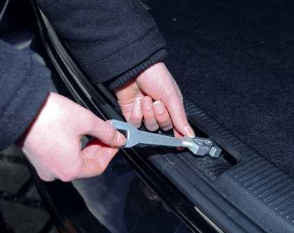 Forma de colocar en el coche el aireador de maleteros