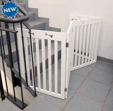 Barrera plegable colocada para impedir el paso a las escaleras