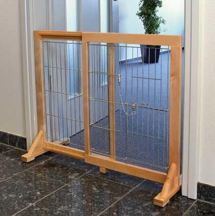 Barrera alta extensible colocada en una puerta