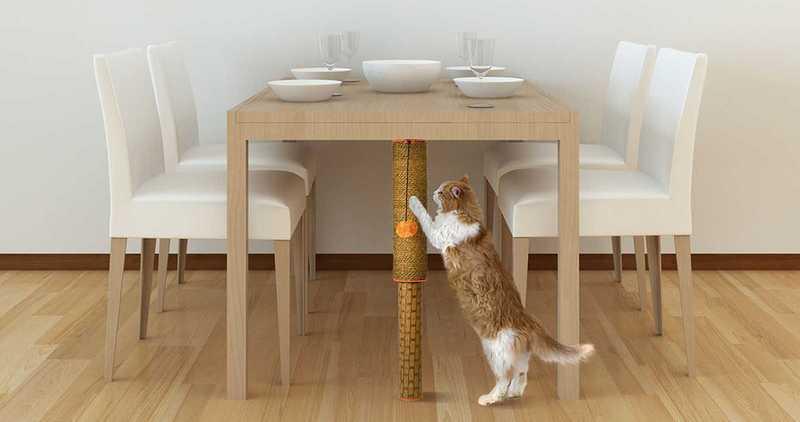 El rascador Cat Pole colocado en una mesa de comedor