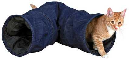 Túnel para gatos con forma de pantalón vaquero.